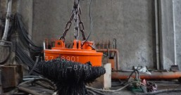 热水中捞钢渣用电磁铁案例