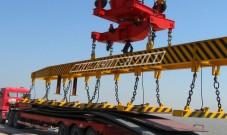 上海造船厂码头8台起重电磁铁联吊装卸23米长钢板
