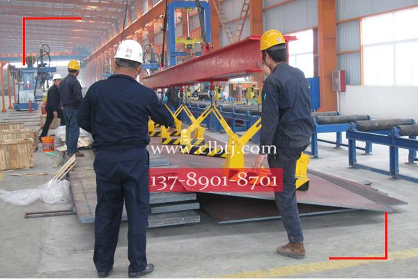 5台自卸式永磁起重器吸吊不平钢板