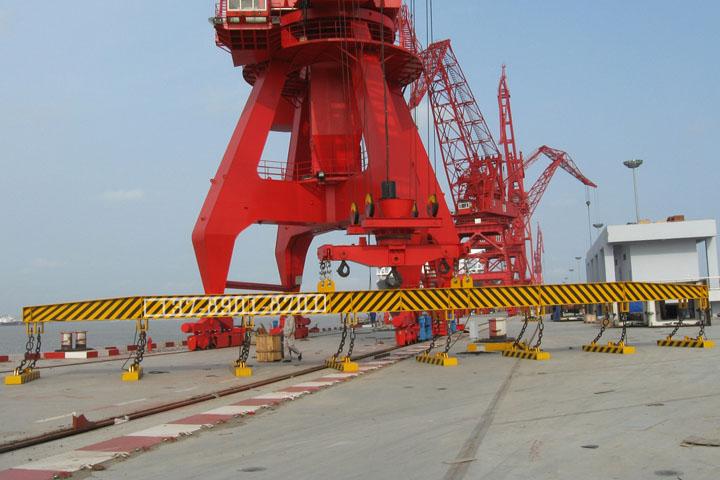 上海造船厂码头8台起重电磁铁联吊安装现场照片