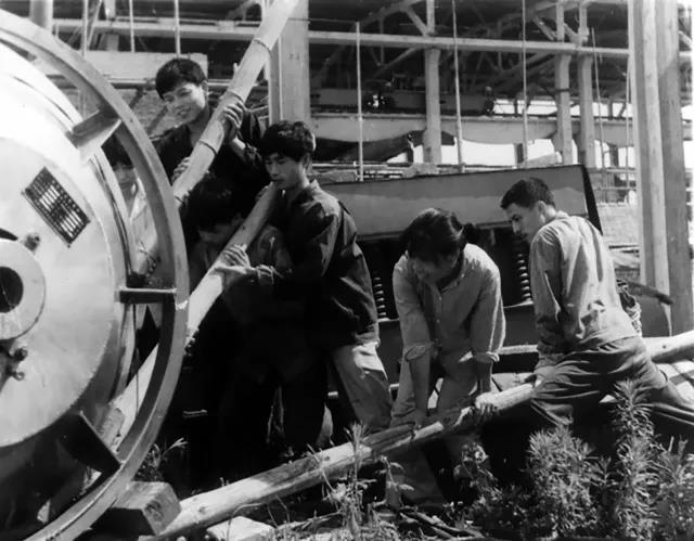 原岳阳地区电机厂创建初期工人劳动场面