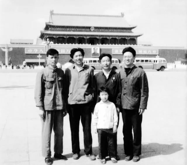 余福保、余培根、胡凡周、沈少敏(从左至右)等四人,到一机部送审电磁铁产品合格证时在北京天安门合影