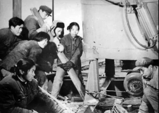 岳阳起重电磁铁厂建厂初期工人工作场
